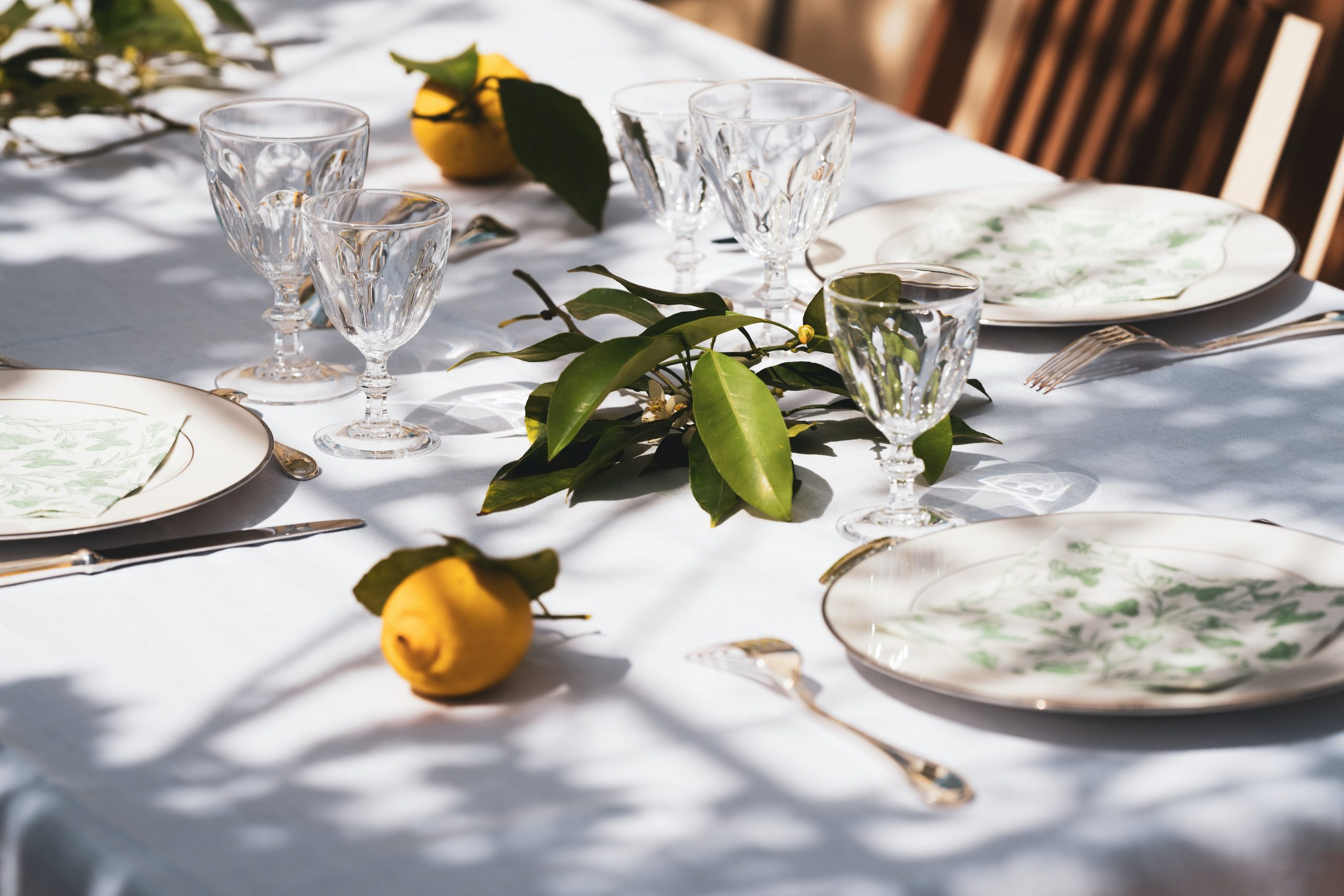 5 Top Tips To Create A Stylish Outdoor Summer Table Setting
